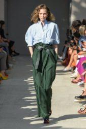 <p><strong>Salvatore Ferragamo - سالفاتوري فيراغامو </strong></p> <p>سروال بالازو باللون الأخضر الداكن مع الخصر العالي والحزام القماشي العريض ونسقت معه البلوزة الزرقاء الواسعة.</p>
