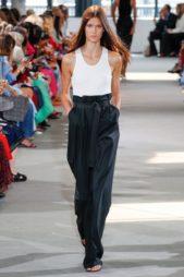 <p><strong>Tibi - تيبي</strong></p> <p>سروال بالازو أسود اللون ذات ارجل واسعة، يتميز بخصره العالي المزين بحزام اسود اللون ونسقت معه البلوزة البيضاء الموضوعة أسفله.</p>