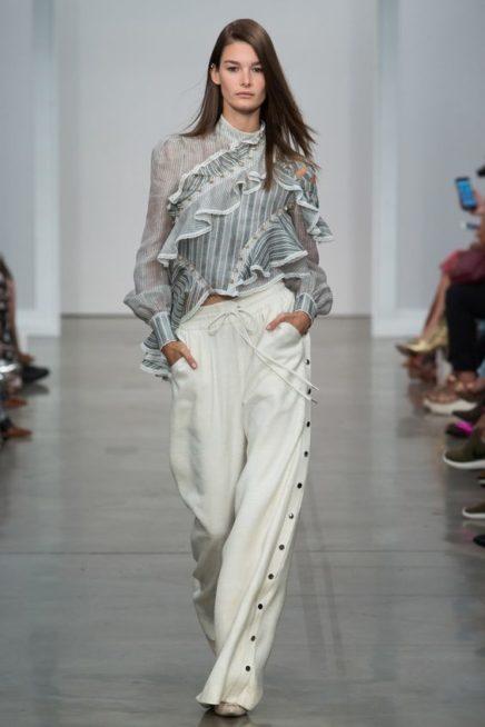 <p><strong>Zimmermann - زيمرمان </strong></p> <p>سروال بالازو أبيض اللون ذات ارجل واسعة مزيّنة عند الجانبين بالازرار المعدنية السوداء ونسقت مع البلوزة الرمادية ذات الكشاكش.</p>
