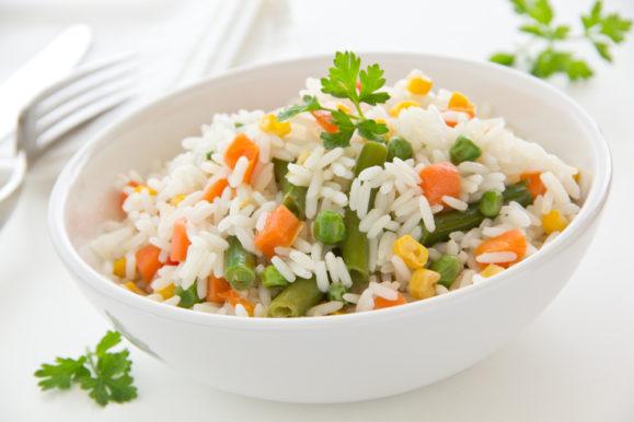 خطوات سهلة وبسيطة لتحضير طبق شهي من الأرز مع الخضار المقلية المغذية