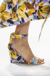 <p><strong>Badgley Mischka - بادجلي ميشكا </strong></p> <p>حذاء صيفي مفتوح يتميّز بكعبه العريض المتكامل مع الحزام عند الكاحل، وقد زيّن بالكامل بنقشات ملونة متداخلة ببعضها.</p>