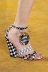 <p><strong>Burberry - بربري</strong></p> <p>حذاء صيفي مميز بنقشة الكارو الصغيرة باللونين الأبيض والاسود يجمّله الكعب العريض العالي مع الحزام الرفيع عند الكاحل والبكلة الكبيرة الفضية المتدلية منه.</p>