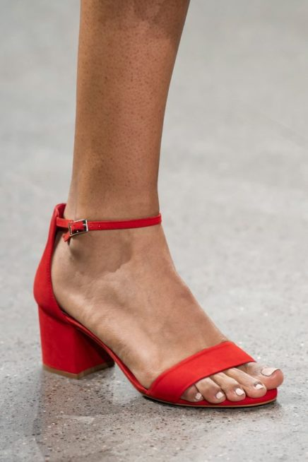 <p><strong>Elie Tahari - ايلي تحاري</strong></p> <p>حذاء مكشوف باللون الاحمر القاني يزيذنه الحزام الرفيع عند الكاحل المنسق مع الكعب المنخفض نسبياً والعريض للشعور بالراحة عند التنقل.</p>