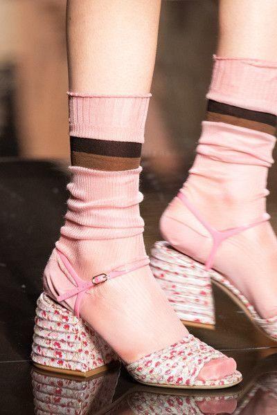 <p><strong>Fendi - فندي </strong></p> <p>حذاء أنثوي ناعم للصيف 2020 مصمّم من الحبال الرفيعة المتراصة ذات اللون الابيض المزين بنقشات الازهار الصغيرة الملونة مع الكعب العالي العريض.</p>