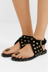 <p><strong>Isabel Marant - ايزابيل ماران </strong></p> <p>حذاء صيفي مسطح يتميّز بلونه الاسود المزين بالأزرار الميتاليك الذهبية اللون مع الحزام العريض عند الكاحل والبكلة الذهبة عند الجهة الأمامية.</p>