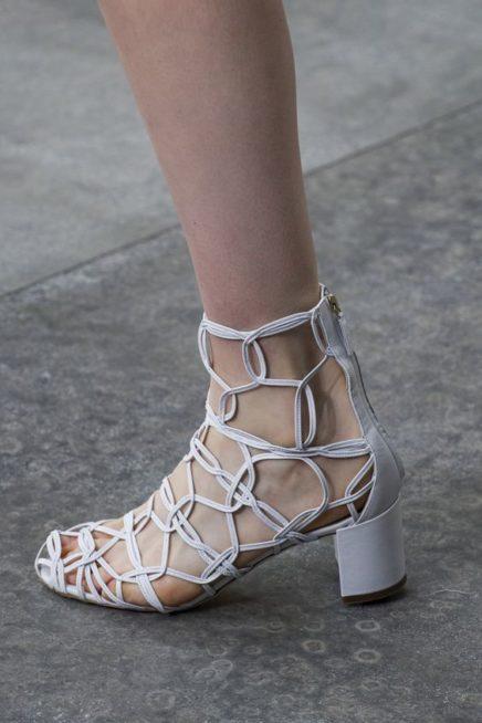 <p><strong>Salvatore Ferragamo - سلفاتوري فيراغامو </strong></p> <p>حذاء صيفي لافت بلونه الأبيض وتصميمه على شكل شبكة مترابطة ببعضها يميّزه الكعب العالي المتوسط الارتفاع.</p>