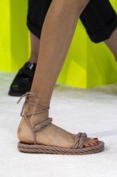 <p><strong>Valentino فالنتينو </strong></p> <p>حذاء صيفي مسطح مصمم من الحبال المتشابكة ببعضها باللون البيج الداكن يتميّز بالحزام المتشابك عند الكاحل لاطلالة متميزة.</p>