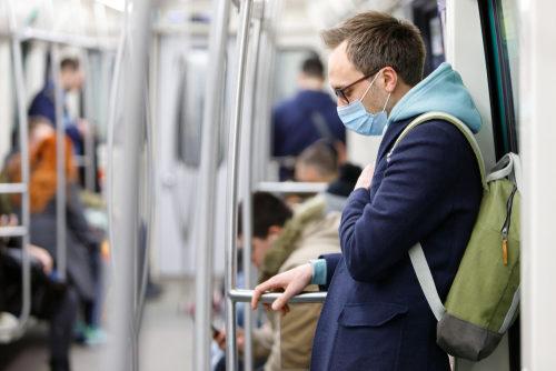 """<div style=""""direction: rtl;""""><strong>وسائل التنقل العامة:</strong></div> <div style=""""direction: rtl;"""">بدأت معظم الوجهات حول العالم بالسماح للمواطنين التنقل من خلال المواصلات العامة، مثل الباصات، الميترو، القطارات وسيارات الأجرة. ففي حال كنت تريدين التنقل من خلالها، لا تضعي الكمامة فقط، بل يجب عدم لمس الأسطح وتجنّب الرحلات الطويلة.</div>"""