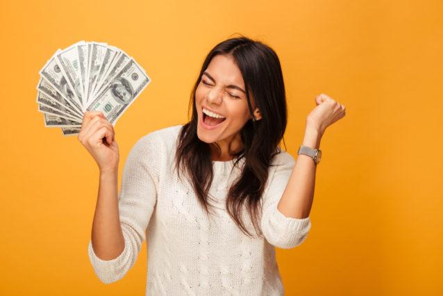 اكتشفي كل دلالات حلم النقود الورقية للعزباء