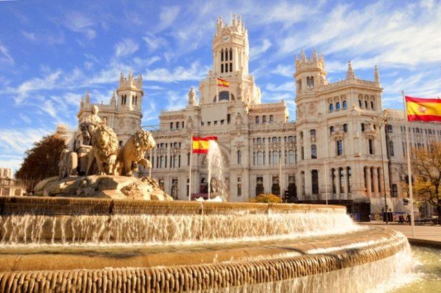 <strong>Spain - إسبانيا<br /><br /> </strong>بدأت السلطات الإسبانية تحضّر بشكل تدريجي لإعادة فتح مطاراتها أمام كافة المسافرين وخصوصاً السياح إبتداءً من 1 أغسطس، ولقد باشرت برفع القيود وإجراءات الحظر المشددة في أغلب المدن إستعداداً لإعادة إحياء كافة قطاعاتها الإقتصادية وخصوصاً السياحيّة منها.