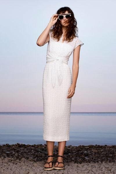 <p>فستان أبيض طويل ذات قصّة مستقيمة متناغمة مع شكل الجسم بطريقة ناعمة يتميّز بقماشه المخرّم والعقدة البارزة عند البطن.</p>