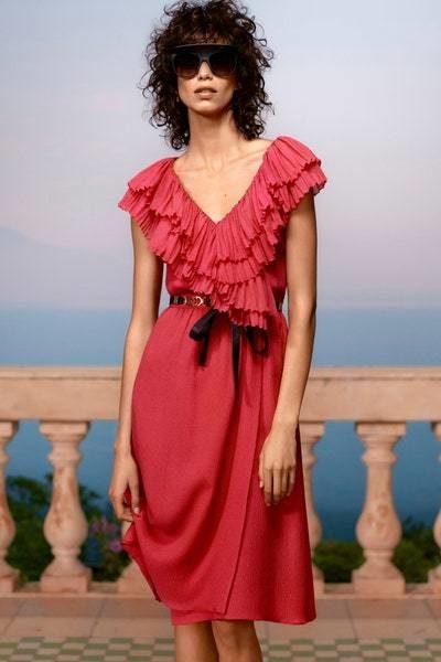 فستان ميدي حيوي بقصته المريحة الواسعة ذات اللون الزهري الداكن، يتميّز بالكشاكش الناعمة والصغيرة التي تزيّنه عند الصدر مع قصة V ناعمة.