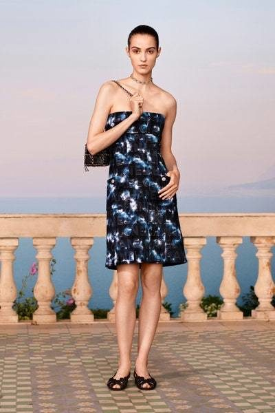 فستان ميدي سترابلس ذات قصّة مستقيمة متناغمة مع شكل الجسم، يتميّز بمزيج الالوان من اسود وازرق وأبيض لإطلالة ملفتة.
