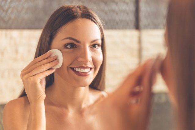 إطّلعي في الموضوع التالي من أنوثة على الخطوات الأساسيية لتنظيف بشرتك يومياً