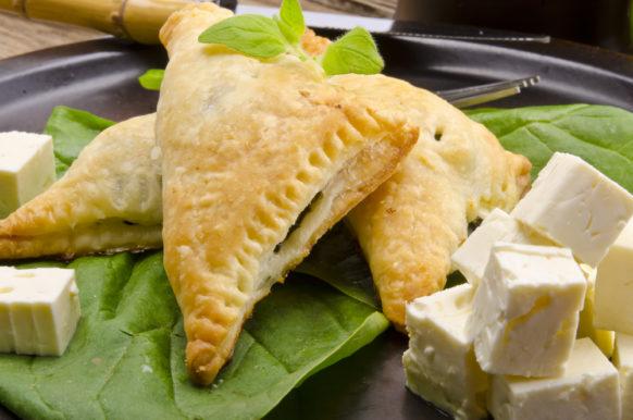 وصفة سلهة التطبيق لتحضير فطاير هشة بالجبنة في المنزل وتقديمها على المائدة