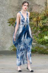 <strong>Chanel - شانيل</strong><br /><br />فستان طويل مصبوغ باللونين الأزرق والابيض اللذين يتناغمان بطريقة ملفتة مع بعضهما البعض، وتجمّله الفتحة V الواسعة عند الصدر مع البكلة الفضية عند الوسط.