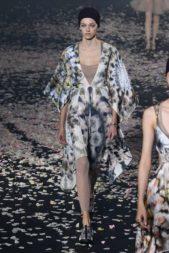 <strong>Christian Dior - كريستيان ديور</strong><br /><br />فستان ميدي ذات قصّة واسعة متفاوتة الطول، مع الاكمام الواسعة المنسدلة، صبغ بالوان نيود والترابية وزيّن بنقشات على شكل أزهار لاطلالة اكثر حيوية.