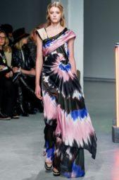 <strong>Rodarte - رودارتيه</strong><br /><br />فستان طويل مصبوغ بالوان الازرق والزهري والابيض والاسود لتمتزج ببعضها البعض بنقشات ملفتة ومميزة، فتتناسب مع اطلالاتك الصيفية للسهرات.