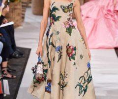 فستان رائع بقصة الكلوش الواسعة باللون البيج والنقشات الملونة من أوسكار دي لا رينتا