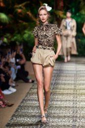 <p><strong>Dolce & Gabbana - دولتشي أند غابانا </strong></p> <p>تيشيرت عصرية ناعمة بتصميمها البسيط بنقشة جلد النمر ذات اللونين البيج والبني تجمّلها العقدة الصغيرة عند الياقة.</p>