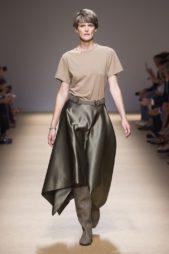 <p><strong>Salvatore Ferragamo - سلفاتوري فيراغامو</strong></p> <p>التيشيرت الفضفاضة رائجة جداً في صيف 2020 حيث يمكن اختيارها بالوان ترابية كالبيج وتنسيقها مع التنورة الجلدية.</p>