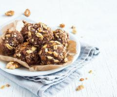 من الشائع استعمال التمر لتحضير الحلويات ومنها كرات التمر بالمكسرات الشهية واللذيذة