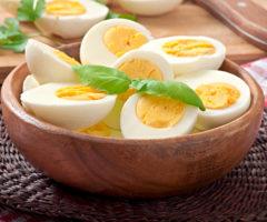 4 حيل لتقشير البيض المسلوق بنجاح!