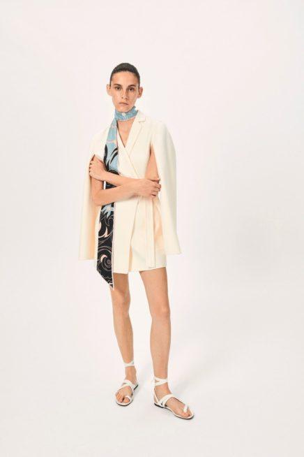 فستان بستايل الجاكيت الرسمي يمكن أن ترتديه في اطلالاتك اليومية. أمّا الاكمام فتأتي بستايل الكاب المفتوح ما يزيد من أناقة اللوك.