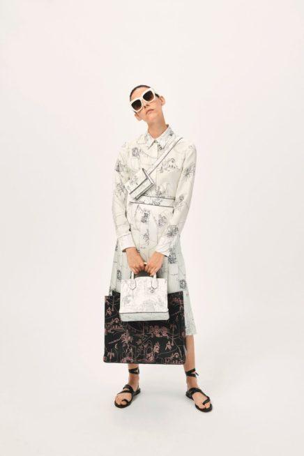 إطلالة ريترو مستوحاة من خمسينيات القرن الماضي، حيث نرى الفستان الميدي بقصة مستقيمة ومتناغمة. يتميز بلونه الأبيض مع الرسومات السوداء الصغيرة. واللافت فيه الياقة الرسمية والحقيبة الصغيرة التي تعتمد النقشة نفسها.