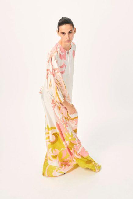 فستان طويل بقصة القفطان الواسع يمكنك اعتماده بسهولة في مناسباتك الخاصة حيث ينصهر اللون الأبيض مع الزهري والاصفر لسحر انثوي رائع.