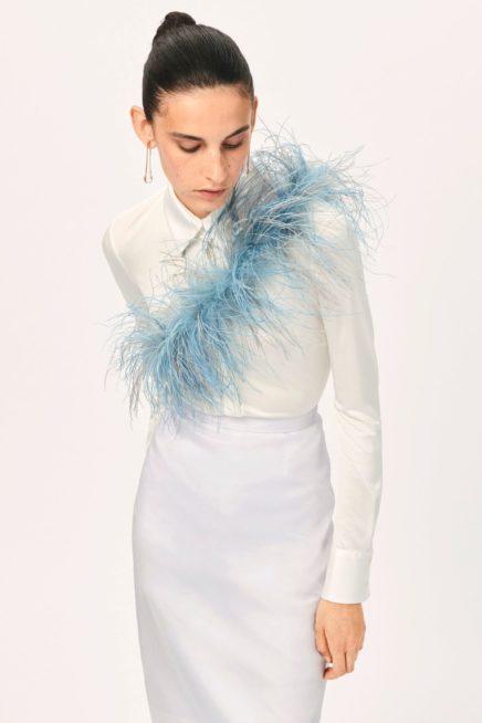 مزيج اللونين الأزرق والأبيض يمنحك حيوية رائعة مع هذا الفستان الأبيض الضيق المتناغم مع الجسم. يزينه الوشاح الريش الأزرق.