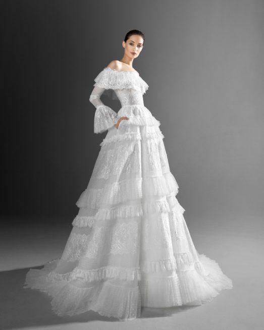 لستايل غجري إسباني راقٍ في يوم زفافك، اختاري هذا الفستان بقصته الكلوش والكشاكش المتعددة التي تزيّنه بدءاً من الصدر والكتفين وصولاً الى الأسفل.