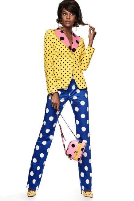 بدلة ذات تصميم كلاسيكي، لكن الألوان فيها تصنع كلّ الفرق بين الجاكيت الصفراء مع البلوزة الزهري والسروال الازرق. والقطع الثلاث مزيّنة كلّها بصيحة البولكا دوت!