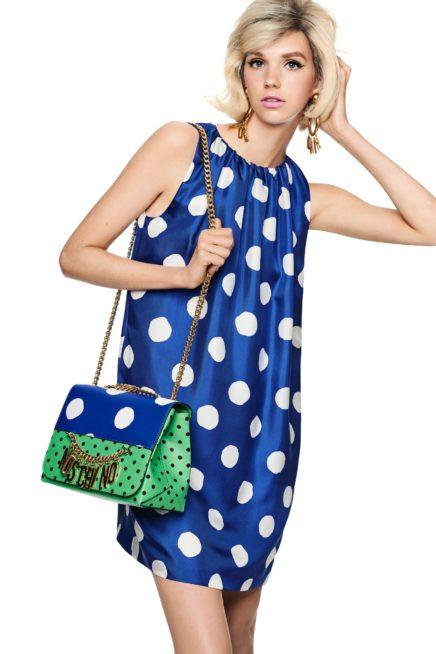 فستان أزرق قصير مزيّن بالنقاط البيضاء الكبيرة الحجم، وقد نسّقت معه حقيبة مبتكرة بلوني الأخضر والازرق مع اعتماد صيحة البولكا دوت ايضاً.