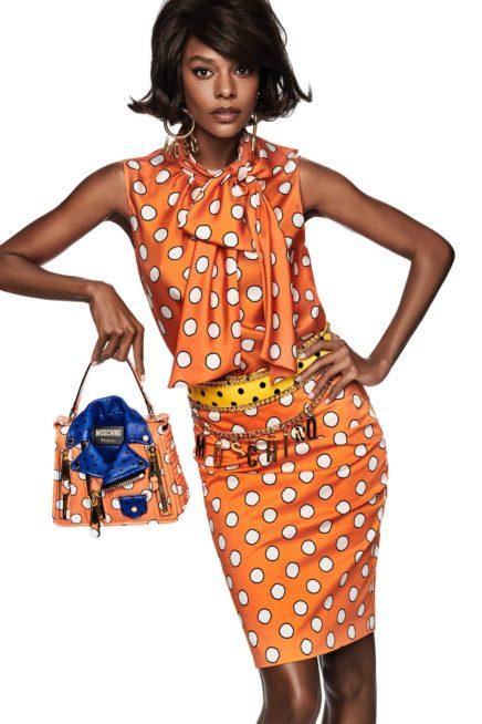 تنورة وتوب باللون البرتقالي مع البولكا دوت الابيض، يمكن أن ترتديهما الى أي مناسبة. وقد أضيف الحزام المعدني الذهبي الى الخصر. فيما نسّقت الحقيبة بشكل رائع مع اللوك.