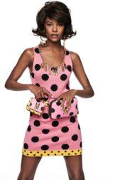 فستان قصير باللون الزهري مع النقاط السوداء الكبيرة الحجم، وقد أضيف الى طرفه السفلي شريطاً أصفر يكسر النمط الزهري. واللافت السلسال الذهبي مع أحرف MOSCHINO عند الياقة.