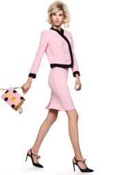 للمرأة التي تحبّ الاطلالات الكلاسيكية، بدلة زهرية تجمع بين تنورة ميدي وجاكيت معها مقلّمة بالاسود. لكن حتّى المرأة الكلاسيكية يمكن أن تختار حقيبة مبتكرة كما في الصورة!