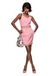 فستان قصير باللون الزهري الناعم، زيّن خصره بسلسلة ذهبية، بالاضافة الى سلسلة أخرى تحمل أحرف اسم الدار على الياقة.