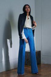 لاطلالة كاجوال وكلاسيكية بوحي من سبعينيات القرن الماضي، نسّق الجينز الازرق الفاتح ذات الارجل الواسعة مع القميص الابيض والجاكيت الكحلية.