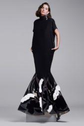 للسهرات الراقية اختاري الفستان الاسود بقصة الحورية، حيث زين عند الأسفل بالنقاشات الرمادية والسوداء والبيضاء.