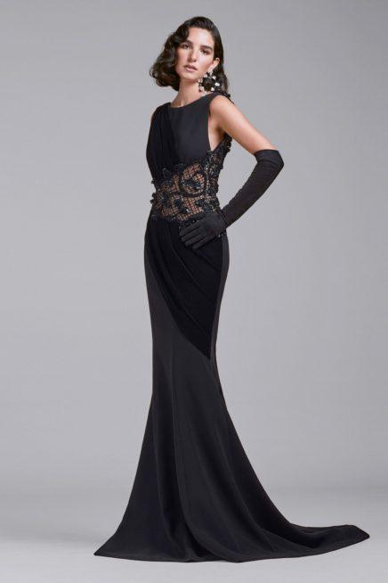 المرأة القوية تتألق بالأسود في مناسبات فاخرة، وتعتمد هذا الفستان الطويل المتناسق مع الجسم مع الذيل الصغير عند الأسفل، في حين زيّن وسطه بالدانتيل الأسود.