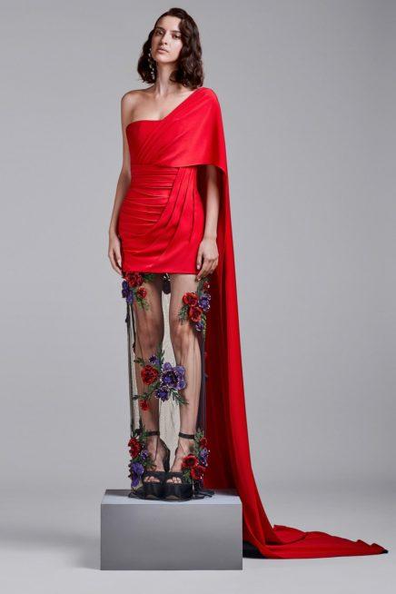 اختاري الفستان القصير بقصة الكتف الواحد مع القسم السفلي المصمم من القماش الشفاف بنقشة الأزهار الملونة.