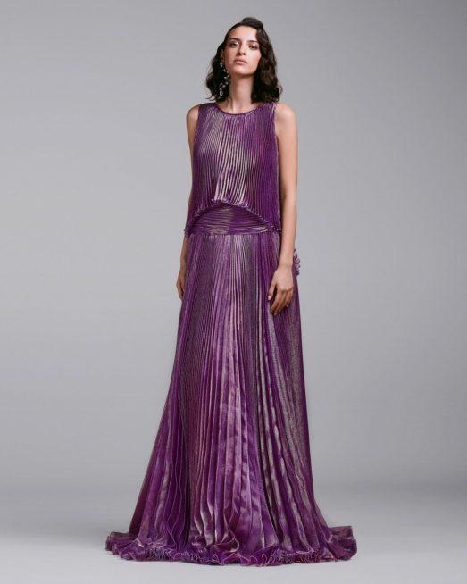 سحر البنفسجي يضفي الأنوثة إلى إطلالتك مع هذا الفستان الطويل المصمم من القماش اللماع مع الكسرات المتراصة ما أضفى الحيوية إلى إطلالة المرأة.