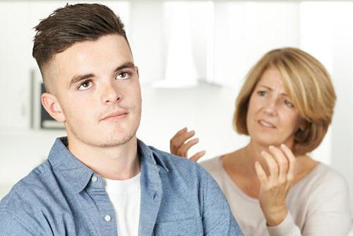 تشعرين أنّ ابنك المراهق يكرهكِ؟ 6 خطوات للتعامل معه