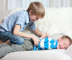 ابنك يضرب الاطفال؟ اكتشفي اسباب تصرفاته وسلوكه العنيف معهم