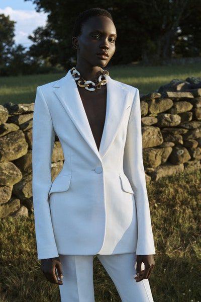 بدلة نسائية بسيطة وأنيقة بلونها الأبيض الناصع مع السروال الكلاسيكي الرسمي المنسق مع البلايزر الطويلة.