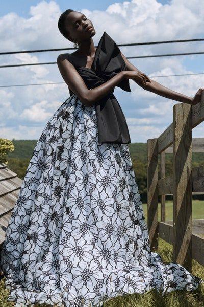 لإطلالة بلمسة ملكية ناعمة، اختاري هذا الفستان الطويل بقصة الكلوش الكبيرة والمزين بنقشة الأزهار باللونين الأبيض والأسود. والملفت هي قصته السترابلس مع العقدة الكبيرة السوداء عند الصدر.