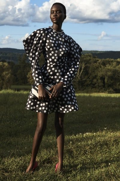 فستان عملي مناسب للمراة الأنيقة العاملة، حيث تميّز بقصته الكلوش الناعمة مع لونه الأسود المزين بنقشة البولكا دوت البيضاء مع الأكمام الواسعة.
