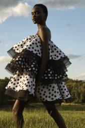 لسهرات الصيف الحيوية والصاخبة، اليك هذا الفستان القصير المتعدد الطبقات المصممة على شكل كشاكش كبيرة، تميّزها نقشة البولكا دوت والدانتيل الأسود بين الطبقات كلها.