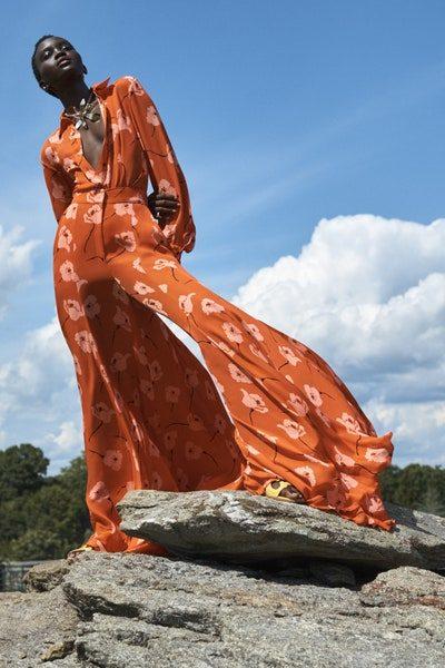 جمبسوت حيوي يضفي التميز والفرادة إلى إطلالة المرأة العصرية بفضل قصته ذات الأرجل الواسعة. يتميز بلونه البرتقالي الداكن والمزين بنقشات الأزهار باللون الوردي الفاتح ليضفي اللمسة الأنثوية الحاضرة دائماً.